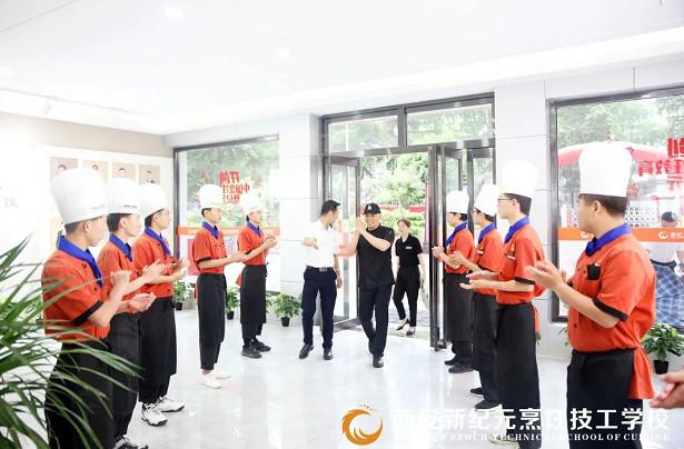 我校力邀瑞斯丽精品酒店行政总厨陈伟彬老师来校授课